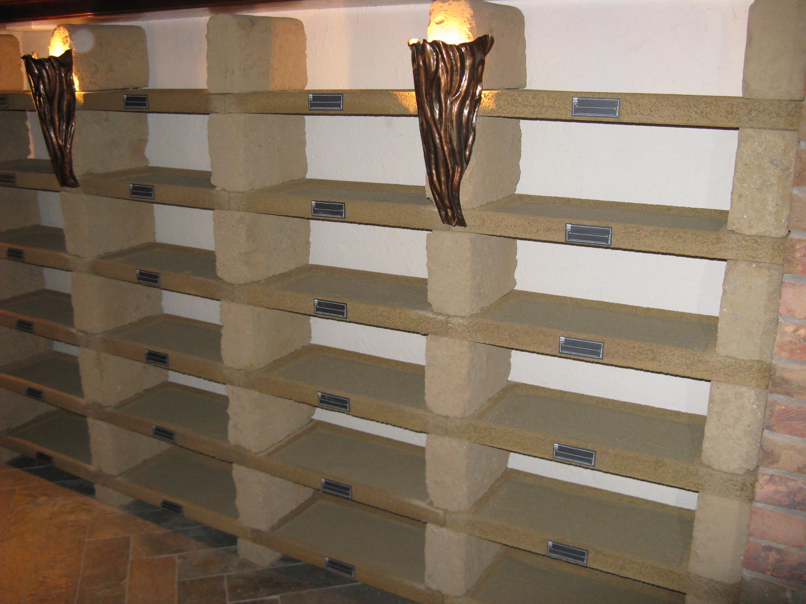 Каменные стеллажи для хранения вина